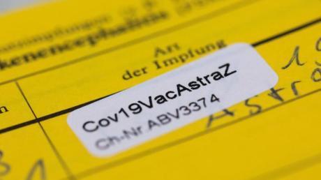 """Ein Aufkleber mit der Aufschrift """"Cov19VacAstraZ"""" in einem Impfausweis."""