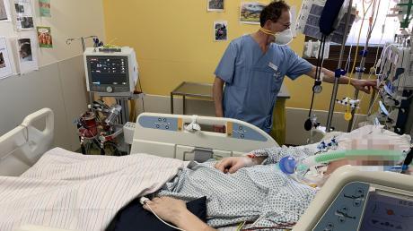 Alfred Mack, Leiter von Station 49C im Klinikum Ingolstadt, begleitet diesen Patienten seit Wochen. Er trägt keine weitere Schutzausrüstung, weil der Patient nicht mehr infektiös ist.