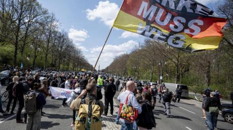 «Merkel muss weg» steht auf der Flagge eines Demonstranten beim Protest gegen die Änderung des Infektionsschutzgesetzes in Berlin am 21. April (Symbol).