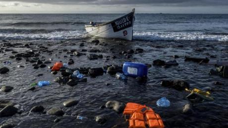 Die Zahl der Menschen, die die lebensgefährliche Überfahrt von Afrika über den Atlantik wagen, ist im vergangenen Jahr stark gestiegen.