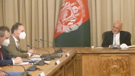 Außenminister Heiko Maas (2.v.l, SPD) spricht mit Aschraf Ghani (r.), Präsident von Afghanistan.