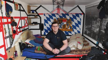 Florian Köbach, 21, in seinem Jugendzimmer. Er wohnt schon lange bei seinem Pflegevater. Irgendwann will er ein eigenes kleines Häuschen.