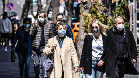 Passanten in einer beliebten Einkaufsstraße in Ankara.