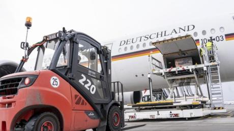 Mit 120 Beatmungsgeräten im Laderaum hat der Airbus A350 «Kurt Schumacher» vom Flughafen Köln-Wahn aus Kurs auf die indische Hauptstadt Neu Delhi genommen.