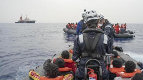 Die Hilfsorganisation Sea-Watch bringt bei einem Rettungseinsatz im zentralen Mittelmeer Migranten inSicherheit.