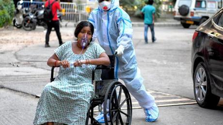 Eine mit dem Coronavirus infizierte Patientin wird in das Kolkata Medical College Hospital eingeliefert.