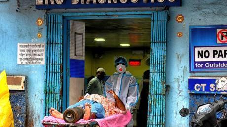 Ein Corona-Patient wird in Kolkata in ein Diagnose-Zentrum gebracht.
