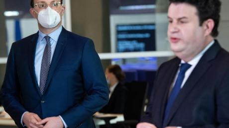 Jens Spahn (L) und Hubertus Heil Ende Januar während einer Pressekonferenz im Bundestag.