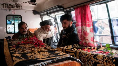 Sohrab Mayel (rechts), sein Vater und sein Onkel im Krankenwagen mit den Särgen der Ehefrau und des Sohnes auf dem Weg zum Friedhof.