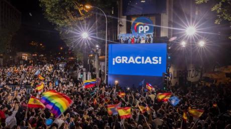 Jubel inMadrid: Isabel Diaz Ayuso (oben, 3.v.l.) winkt ihren Anhängern zu.