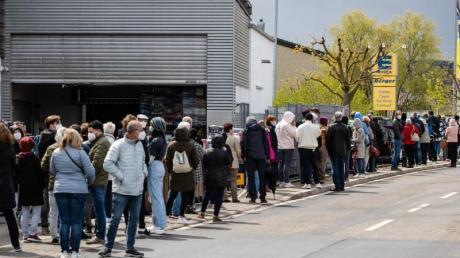 Zahlreiche Menschen stehen an einem Supermarkt Schlange, um dort ohne Termin mit dem Impfstoff Astrazeneca geimpft zu werden.