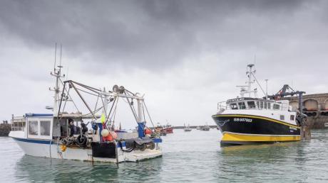Französischen Fischerboote blockieren den Hafen, so dass Fischerboote aus Jersey nicht auslaufen können. Nach dem Ausscheiden der Briten aus der EU ist es zu einem Streit über Gesamtfangmengen und deren Aufteilung gekommen.