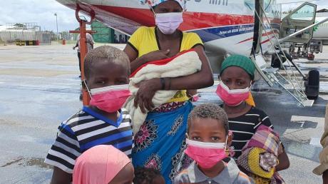 Eine Familie auf dem Rollfeld des Flughafens der Provinzhauptstadt Pemba. In Mosambik sind nach Angaben des Welternährungsprogramms (WFP) annähernd eine Million Menschen infolge von Terror und Gewalt vom Hunger bedroht.