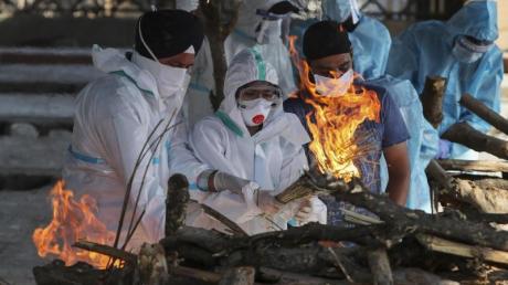 Einäscherung eines an den Folgen einer Covid-19-Erkrankung Verstorbenen in Indiens Hauptstadt Neu-Delhi.