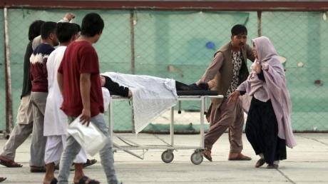 Ein Schüler wird in ein Krankenhaus gebracht. Bei den Opfern soll es sich um Zivilisten handeln.