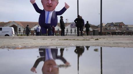 Eine über neun Meter große aufblasbare Figur von Großbritanniens Premierminister Boris Johnson wurde im nordostenglischen Hartlepool aufgestellt.