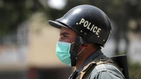 Ein Polizist in Kabul. In den vergangenen Tagen wuden in Afghanistan wieder zahlreiche Zivilisten und Sicherheitskräfte getötet.