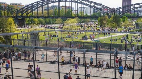 Buntes Treiben im Frankfurter Hafenpark. Bundesgesundheitsminister Spahn mahnt, Lockerungsschritte müssten vorsichtig gegangen werden.