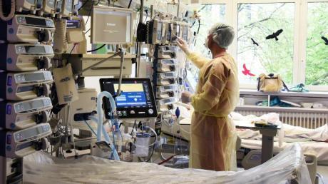 Ein Fachkrankenpfleger während seiner Arbeit in einem Bereich der interdisziplinären Intensivstation mit Covid-19.