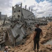 Ein Mann inspiziert zerstörte Gebäude in der Stadt Beit Lahia im nördlichen Gazastreifen.