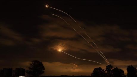Israelische Abwehrraketen fangen Raketen ab, die aus dem Gazastreifen in Richtung Israel abgefeuert wurden.
