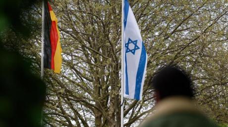 Die Stadt Solingen hat erneut eine israelische Flagge vor dem Rathaus gehisst. Zuvor war eine solche dort verbrannt worden.