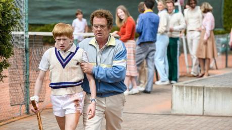 """""""Scheiße, Mann, so gewinn ich nie"""": Der 13-jährige Boris Becker (Balthazar Zeibig) stürmt enttäuscht vom Platz, begleitet von Papa Karl-Heinz (Thomas Huber)."""