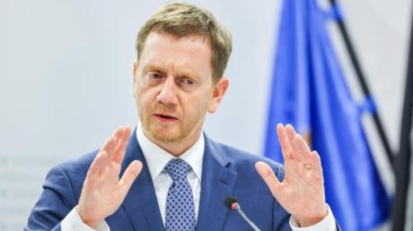 Michael Kretschmer (CDU), Ministerpräsident von Sachsen, bei in einer Pressekonferenz.