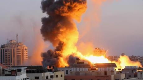 Rauchschwaden steigen nach einem israelischen Luftangriff auf Gaza-Stadt in den Himmel.