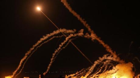 Raketen werden von Gaza-Stadt in Richtung Israel abgefeuert.