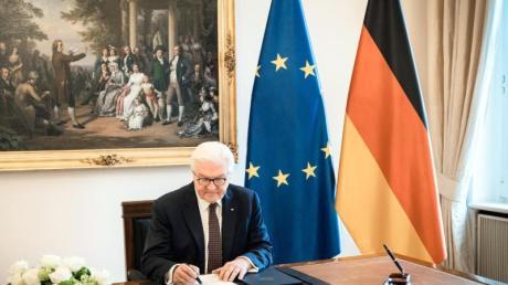 Bundespräsident Frank-Walter Steinmeier in seinem Amtszimmer im Schloss Bellevue.