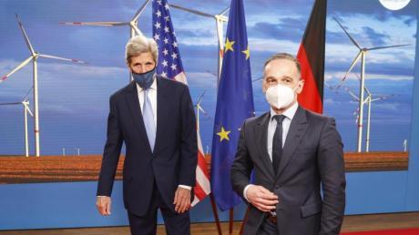 Außenminister Heiko Maas (r) hat den US-Sondergesandten John Kerry (l) in Berlin empfangen.