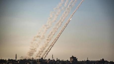 Raketen werden im südlichen Gazastreifen in Richtung Israel abgefeuert.