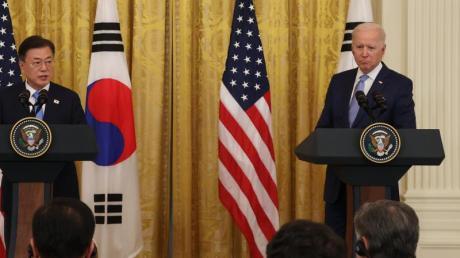 Der südkoreanische Präsident Moon Jae-in (l) und US-Präsident Joe Biden geben nach ihren Gesprächen im Weißen Haus in Washington eine gemeinsame Pressekonferenz. (zu dpa: «Biden: USA und Südkorea «sehr besorgt» über Nordkoreas Atomprogramm»).