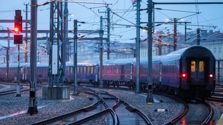 Die Bahn soll attraktiver werden, öfter und pünktlicher fahren – das ist die Forderung seit Jahren. Es gibt viele Gründe, warum die Signale viel zu oft auf Rot stehen.
