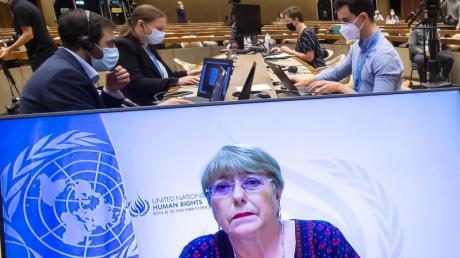 Ein Bildschirm zeigt Michelle Bachelet, UN-Hochkommissarin für Menschenrechte, bei einer Rede im Rahmen einer Sondersitzung des UN-Menschenrechtsrats zur Lage in Nahost im europäischen Hauptsitz der UN.