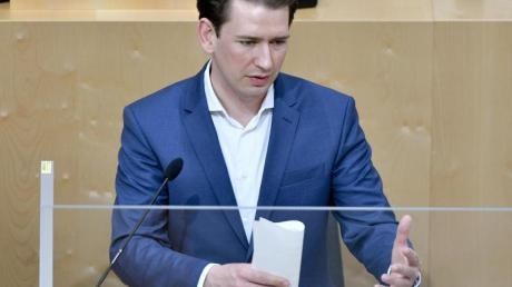 Österreichs Bundeskanzler Sebastian Kurz spricht bei einer Sondersitzung des Nationalrats im Parlamentsausweichquartier in der Wiener Hofburg.
