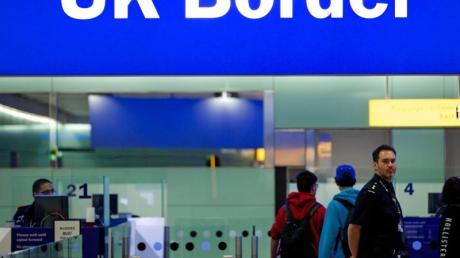 Grenzbeamte stehen am Flughafen Heathrow in London unter einem Schild mit der Aufschrift «UKBorder».