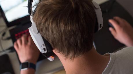 Im ersten Lockdown haben Kinder und Jugendliche rund 75 Prozent mehr Zeit mit digitalen Spielen verbracht. So auch Ben. Der Jugendliche auf dem Foto ist nicht Ben – denn der möchte anonym bleiben.