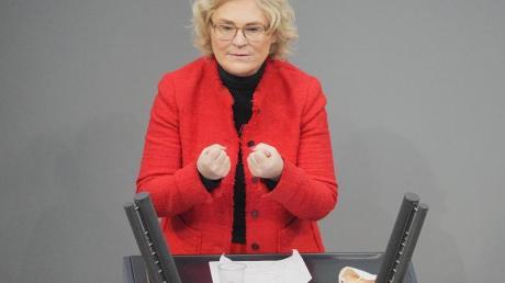 Bundesjustizministerin Christine Lambrecht spricht im Bundestag.