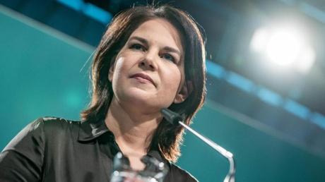 Im Streit um höhere Benzinpreise und den Klimaschutz sieht sich die designierte Grünen-Kanzlerkandidatin Annalena Baerbock anhaltender Kritik ausgesetzt.