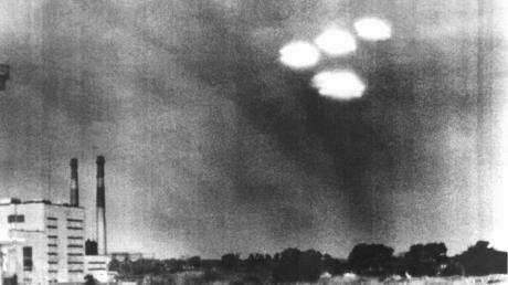 """Gibt es doch Ufos? Vier in Formation fliegende """"Objekte"""" über der US-Stadt Salem in Massachusetts. Sie wurden von einem Kameramann der Küstenwache am 16. Juli 1952 um 9 Uhr 35 vormittags beobachtet."""