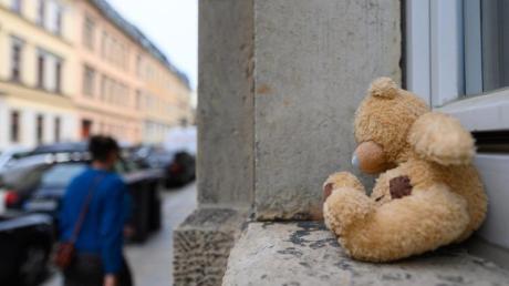 Ein Plüschteddy liegt in der Dresdner Neustadt auf einem Fensterbrett.