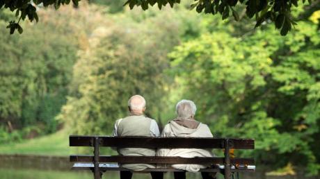 Zwei Rentner sitzen auf einer Bank. Berater der Bundesregierung fürchten «schockartig steigende Finanzierungsprobleme in der gesetzlichen Rentenversicherung ab 2025».