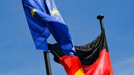 Die Flagge der Bundesrepublik Deutschland und die Europaflagge.