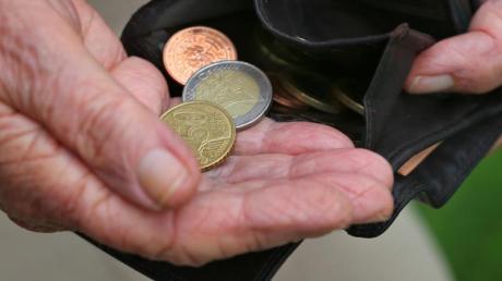 Eine Rentnerin hält einen Geldbeutel mit verschiedenen Euromünzen (gestellte Szenen). Wissenschaftler haben die Politik aufgefordert, vor den Problemen bei der Finanzierung der Rentenversicherung nicht die Augen zu verschließen.
