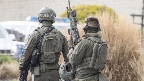 Beamte eines Spezialeinsatzkommandos (SEK) der Frankfurter Polizei stehen an einem Einsatzort im Osten der Stadt (Symbolbild).