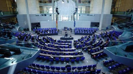 Peter Tschentscher (SPD, am Rednerpult), Erster Bürgermeister von Hamburg, spricht bei der Sitzung des Bundestags zu den Abgeordneten. Thema ist die deutsche Nachhaltigkeitsstrategie und der Klimaschutz.