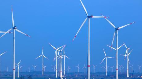 Beim Bau von Stromleitungen von vor allem im Norden produziertem Windstrom in den Süden gibt es Verzögerungen.