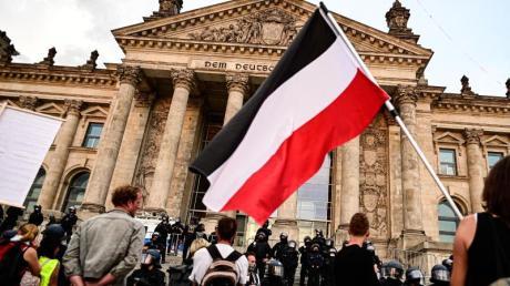 Corona-Leugner, Reichsbürger und Rechtsextremisten versuchten im August 2020 mit schwarz-weiß-rot gestreiften Reichsfahnen das Reichstagsgebäude zu stürmen.